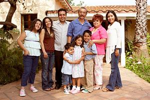 Una familia hispana en frente de su casa