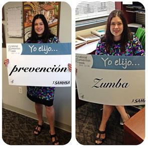 """Una mujer participa en el proyecto """"Yo elijo"""" enseñando dos mensajes que dicen """"Yo elijo prevención"""" y """"Yo elijo Zumba"""""""