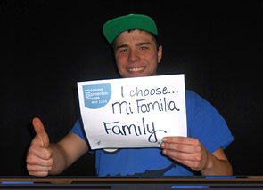 """Un jóven participa en el proyecto """"Yo elijo"""" enseñando un mensaje que dice """"Yo elijo a mi familia"""""""